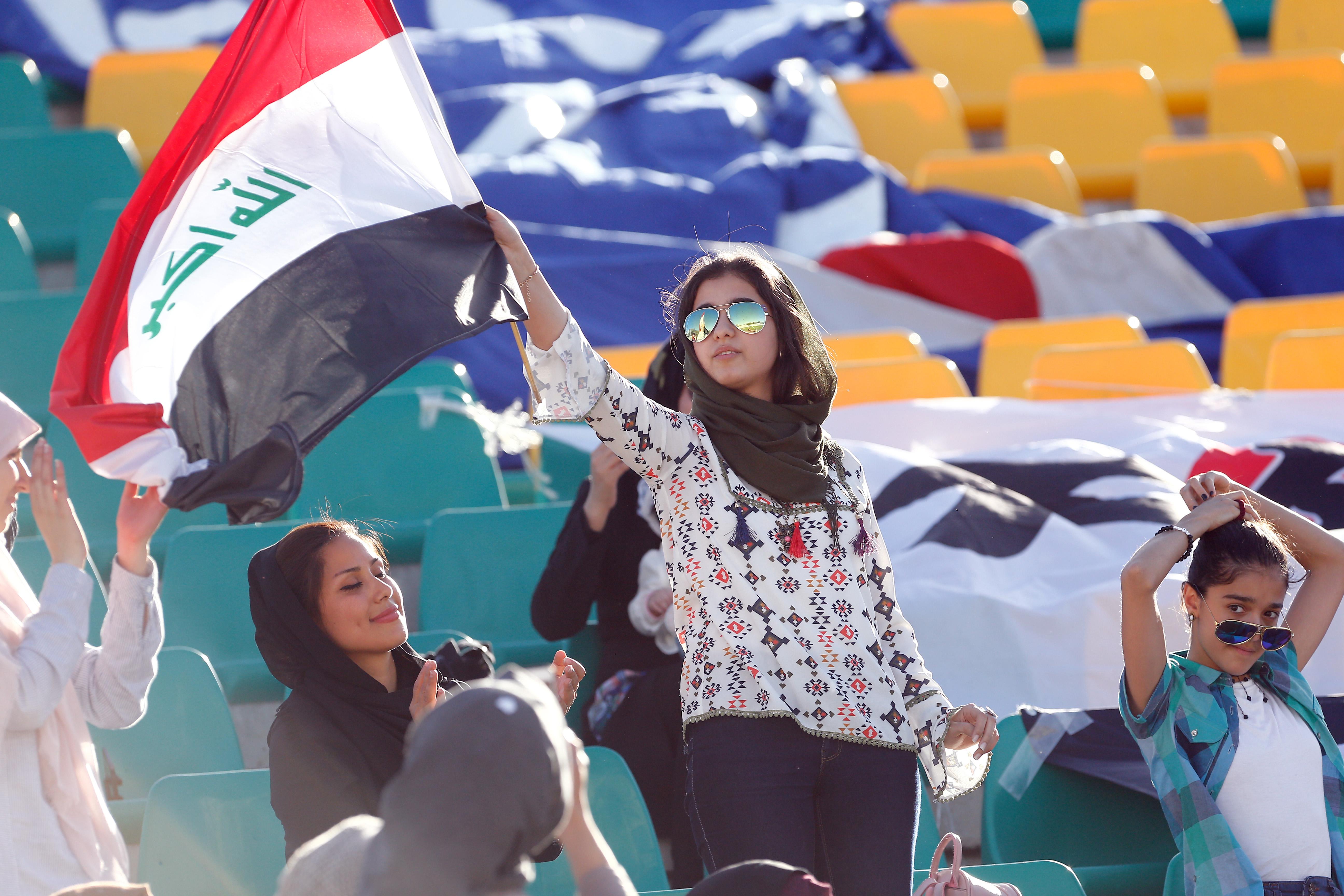 Aus Sicherheitsgruenden werden Spiele der irakischen Nationalmannschaft oefter nach Teheran verlegt. Zu diesen Gastspielen werden auch weibliche Zuschauer ins Stadion gelassen.